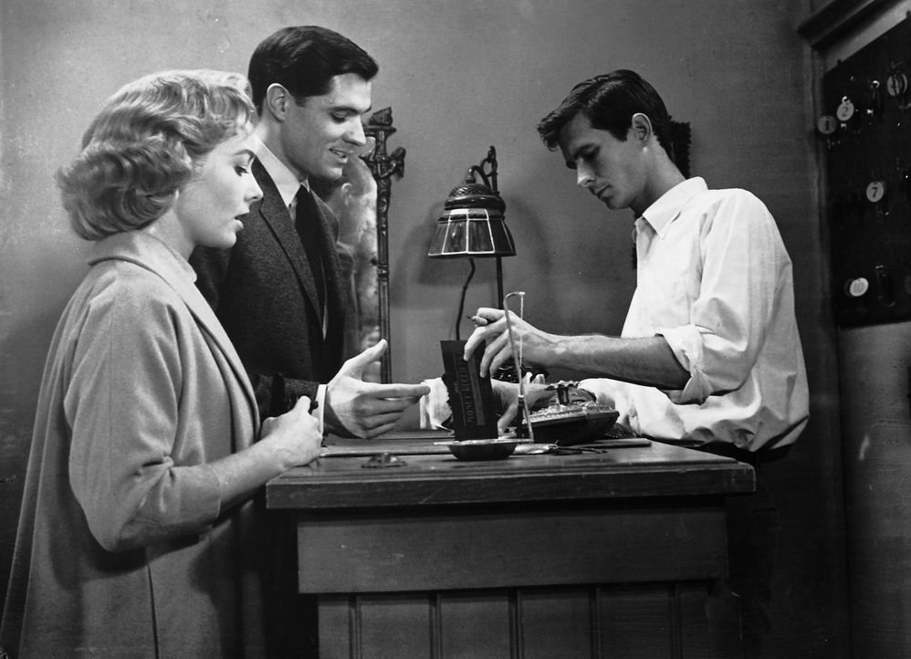 Nach Marions Verschwinden fahren Sam Loomis (John Gavin, M.) und Lila Crane (Vera Miles, l.) selbst zu Normans (Anthony Perkins, r.) Motel, wo sie s... - Bildquelle: 1960 Shamley Productions, Inc. Renewed 1988 by Universal City Studios, Inc. All Rights Reserved.