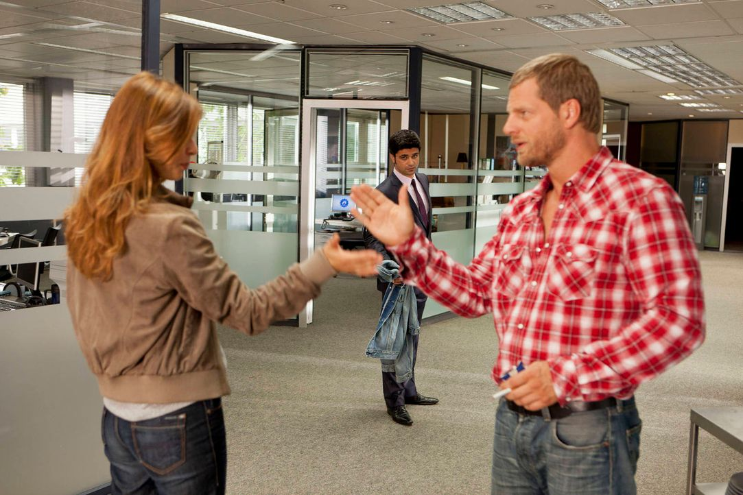 Christine (Suzan Anbeh, l.) wettet mit Mick (Henning Baum, r.), dass er es nicht eine Woche ohne Sex aushalten wird  - und setzt alles daran, diese... - Bildquelle: Martin Rottenkolber SAT.1