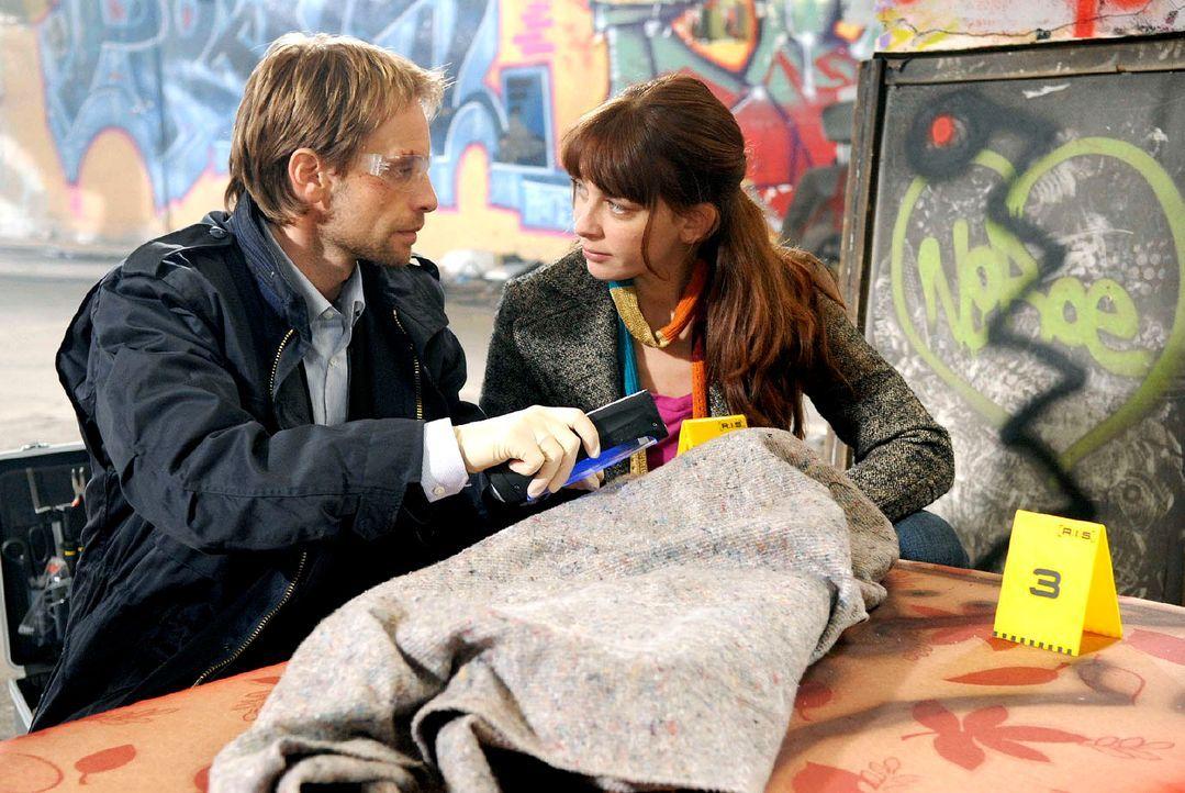 Philip (Julian Weigend, l.) und Katja (Catherine Bode, r.) untersuchen unter blauem UV-Licht die Decke, auf der die Vergewaltigung der Studentin ver... - Bildquelle: Christoph Assmann Sat.1