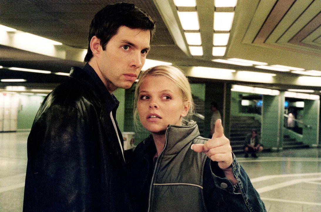 Gemeinsam mit ihrem Freund Sven (Joram Voelklein, l.) macht sich Natalie (Anne Sophie Briest, r.) auf die Suche nach Florian, der sie verletzt hat. - Bildquelle: Enderlein Sat.1