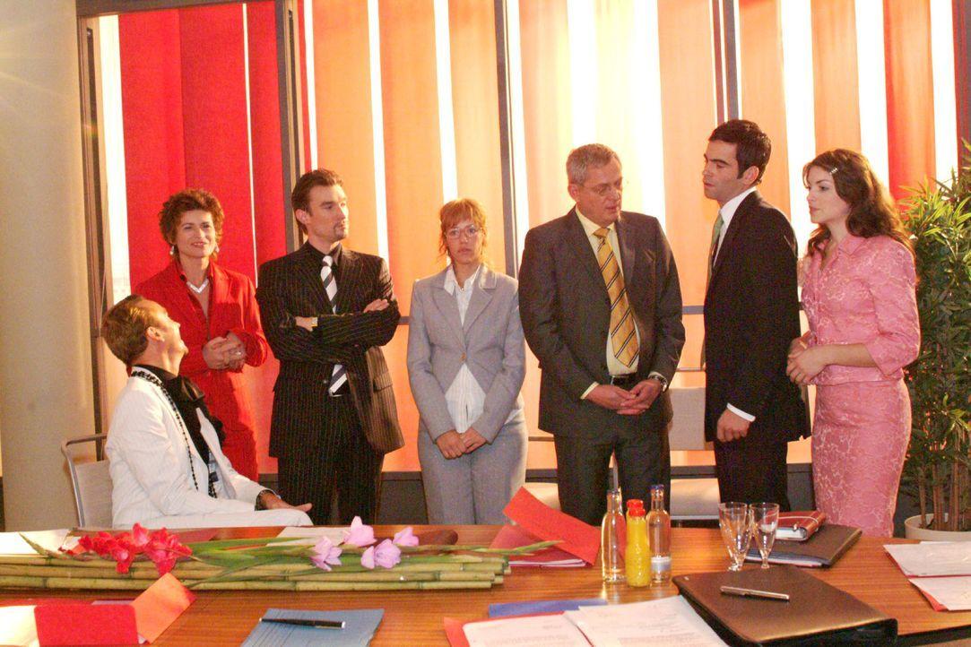 Lisa findet bei Friedrich Unterstützung für ihre Entscheidung, David und Richard gleichermaßen zu Geschäftsführern zu ernennen. V.l.n.r.: Hugo (Hube... - Bildquelle: Monika Schürle Sat.1
