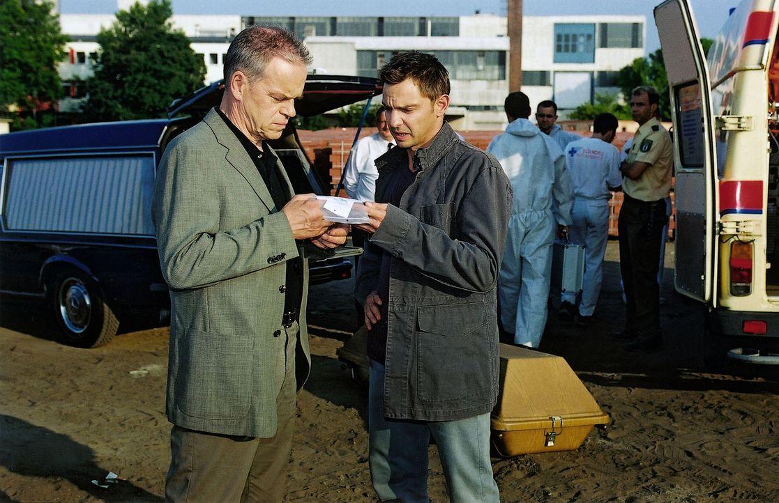 Kommissar Wolff (Jürgen Heinrich, l.) und Tom (Steven Merting, r.) stellen am Tatort Beweisstücke sicher. - Bildquelle: Claudius Pflug Sat.1