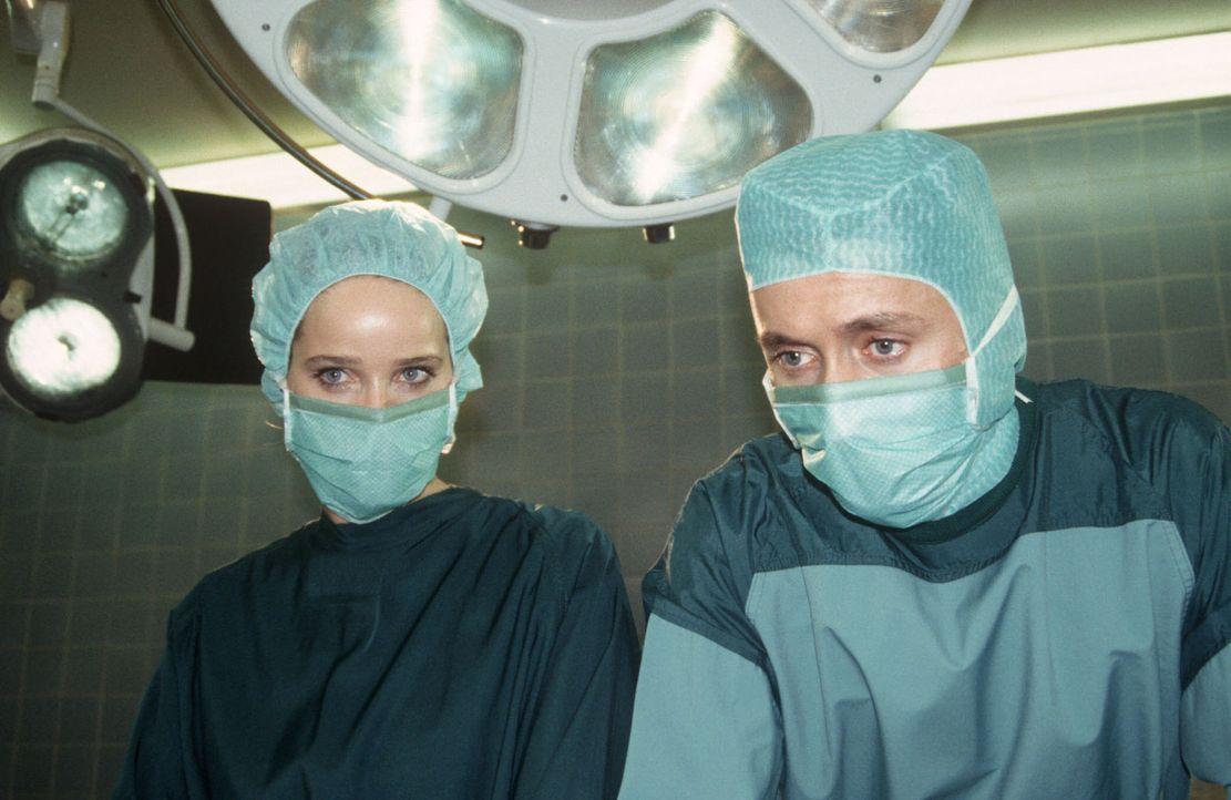 Die Operation der kleinen Nicole Westermann wurde gerade noch rechtzeitig möglich. Dr. Markus Kampmann (Ulrich Reinthaller, r.) und OP-Schwester Ann... - Bildquelle: Janis Jatagandzidis Sat.1
