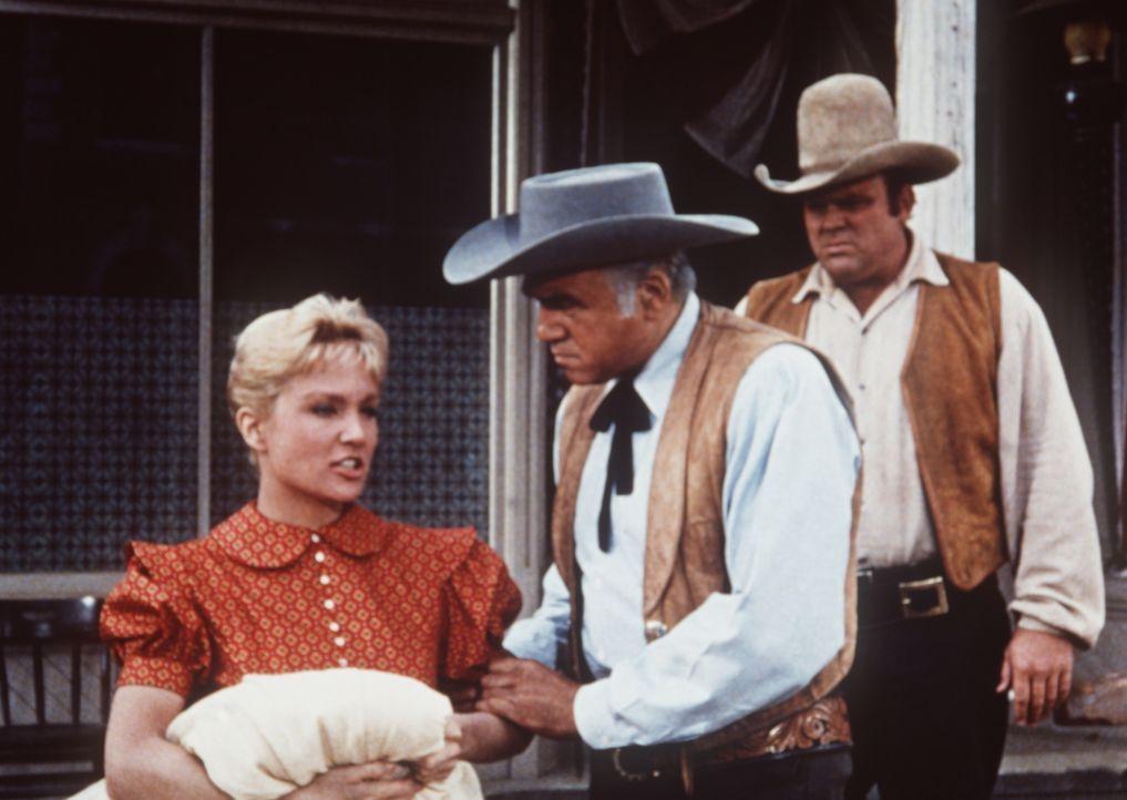 Ben Cartwright (Lorne Greene, M.) und Hoss (Dan Blocker, l.) kümmern sich um Leta (Susan Oliver, r.), deren Vater und Bruder von den Bürgern Virgini... - Bildquelle: Paramount Pictures