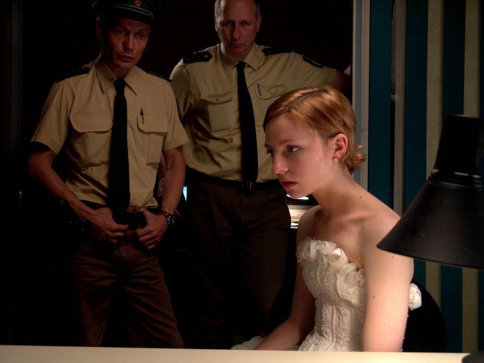 Als Rebecca (Katharina Schüttler) auch noch von der Polizei verhaftet wird, platzt ihr der Kragen und sie wird zur wilden Furie ... - Bildquelle: Volker Roloff ProSieben