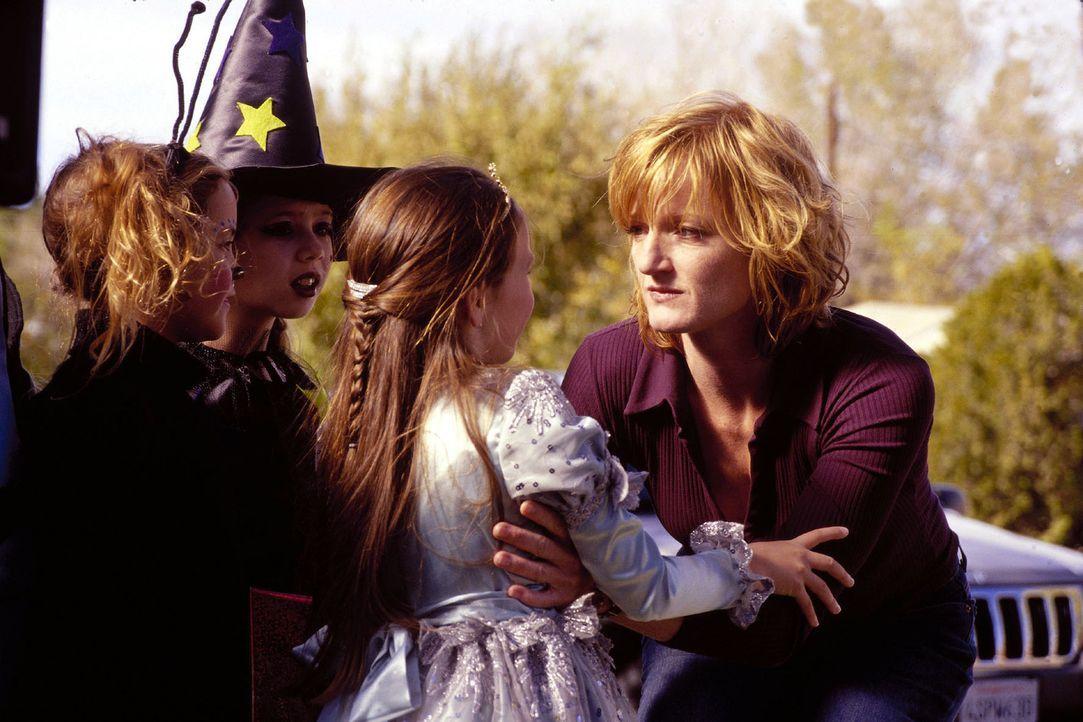 Stefanies Mutter Regine (Nina Petri, r.) lernt ihre kleine Enkelin Wanda (Danelle Paige, M.) kennen. - Bildquelle: Oliver Rossberg Sat.1