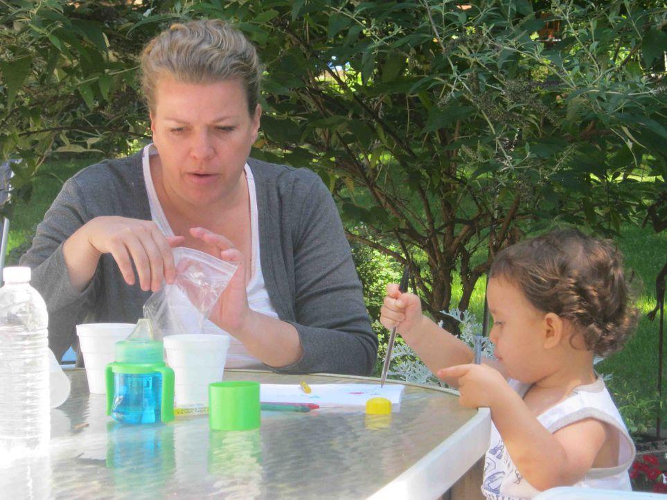 Die Krankenschwester Amanda Oliver (l.) verliebt sich Hals über Kopf in Steven Beach. Ein Jahr nach der Hochzeit kommt ihr gemeinsamer Sohn zur Welt... - Bildquelle: Kate Findlay-Shirras Atlas Media, 2011 / Kate Findlay-Shirras