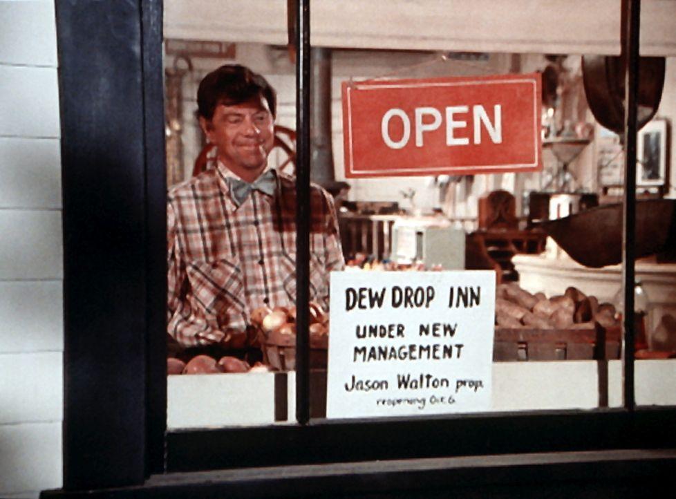 Ike (Joe Conley) stellt ein Plakat in das Schaufenster, auf dem die Neueröffnung des Dew Drop Inn angekündigt wird. Jason hatte das Lokal gekauft un... - Bildquelle: WARNER BROS. INTERNATIONAL TELEVISION