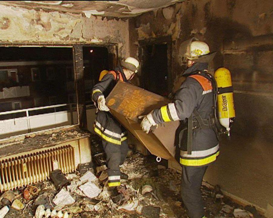 Die Feuerwehrleute Piorek und Behrens von der Einsatzzentrale Hamburg-Barmbek sind wieder in Aktion und versuchen zu retten oder wenigstens Schaden... - Bildquelle: Sat.1