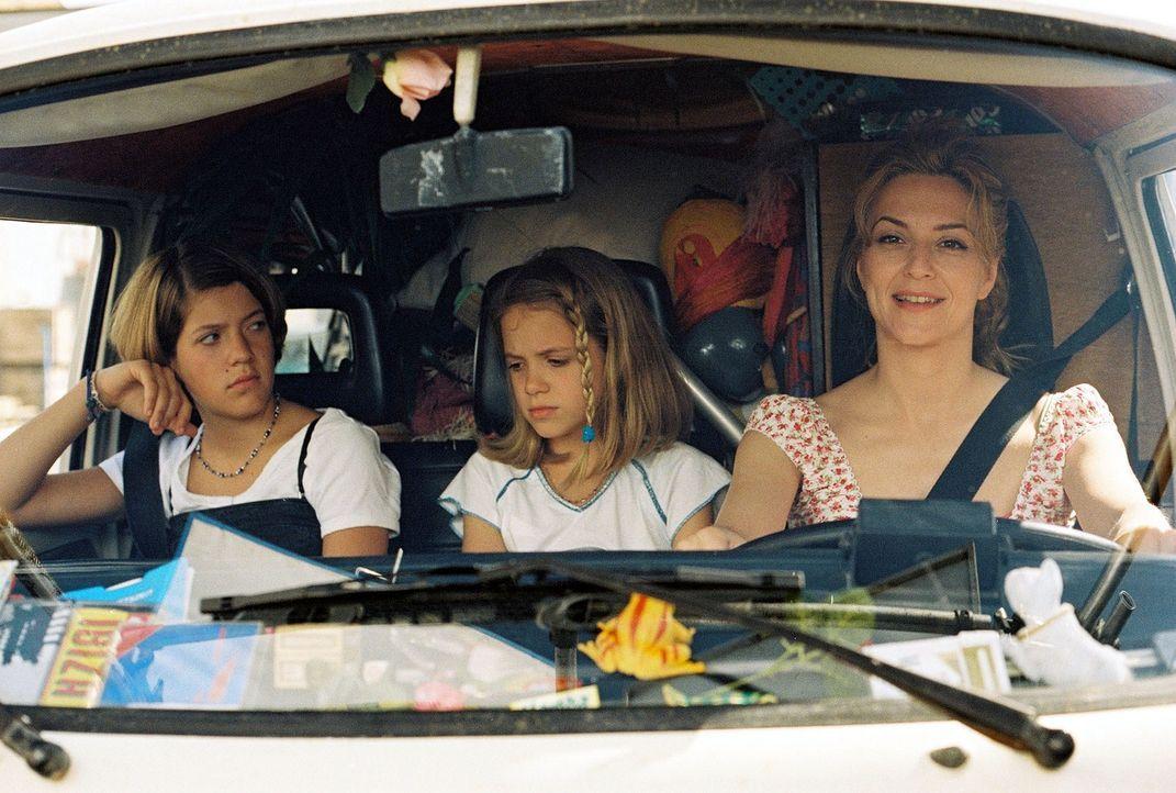 Auf geht's: Paula (Martina Gedeck, r.) ist wieder einmal auf der Suche nach einem neuen Zuhause. Ihre beiden Töchter Fidel (Anja Sommavilla, l.) und... - Bildquelle: Erika Hauri Sat.1