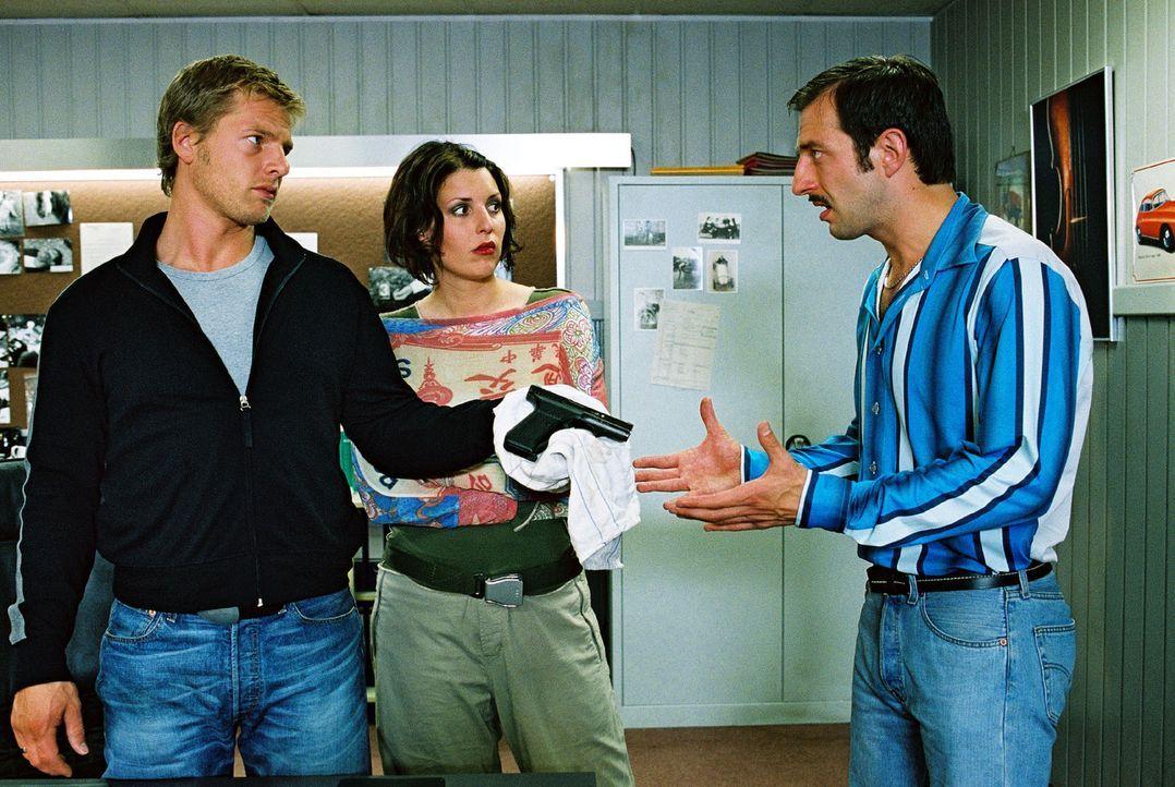 Leo (Henning Baum, l.) und Nina (Elena Uhlig, M.) zeigen ihrem Kollegen Wacker (Jannis Spengler, r.) die Tatwaffe. Der kann sich noch immer an nicht... - Bildquelle: Christian A. Rieger Sat.1