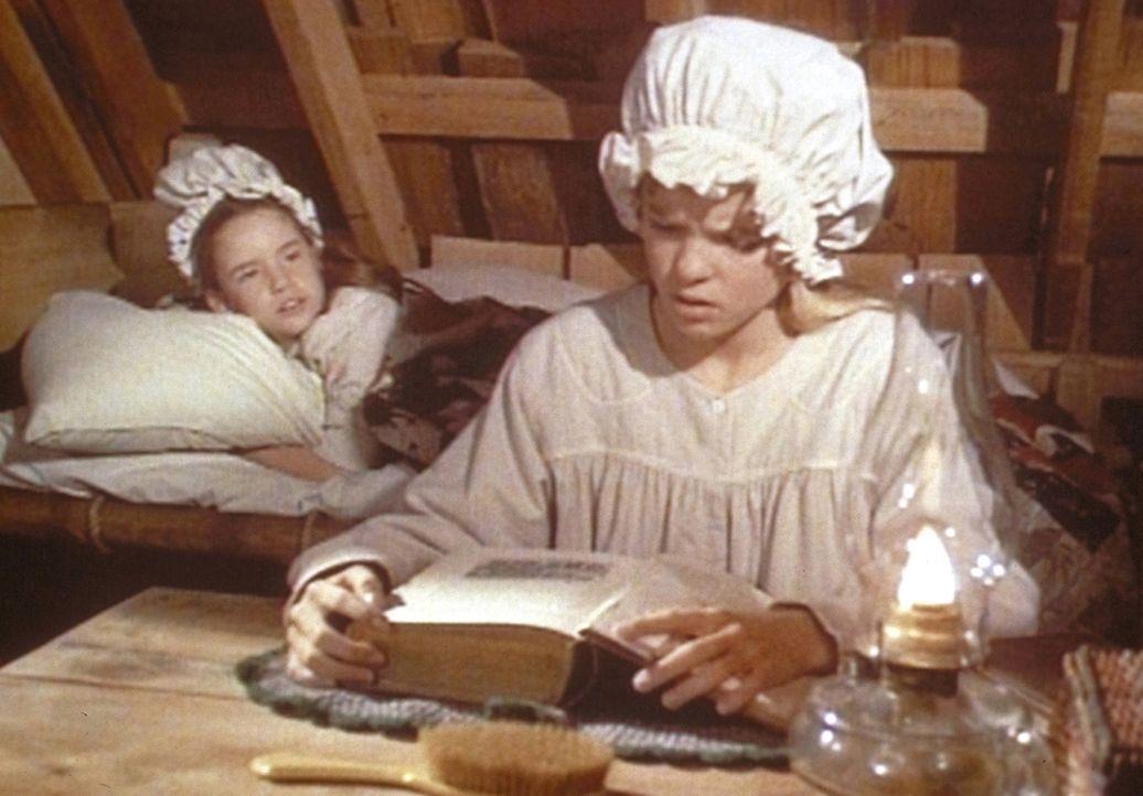 Laura (Melissa Gilbert, l.) kann nicht schlafen, weil Mary (Melissa Sue Anderson, r.) bis in die Nacht lernt. - Bildquelle: Worldvision