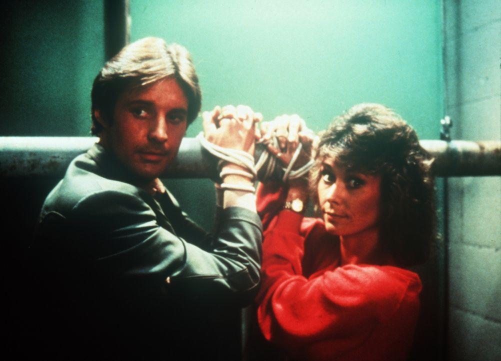 Die beiden Agenten Lee (Bruce Boxleitner, l.) und Amanda (Kate Jackson, r.) befinden sich wieder einmal in einer ausweglosen Situation ... - Bildquelle: CBS Television
