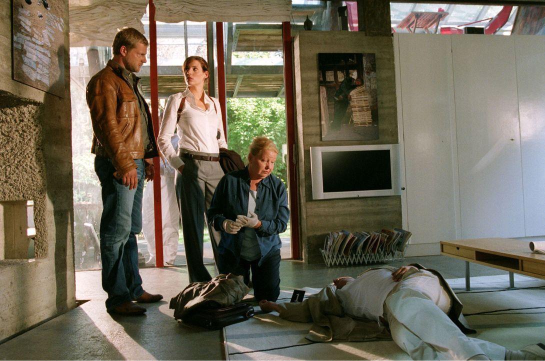 Der Pressefotograf Schumann wird tot in seinem Haus aufgefunden. Nina (Elena Uhlig, M.) und Leo (Henning Baum, l.) versuchen mit Hilfe von Dr. Reite... - Bildquelle: Christian A. Rieger Sat.1
