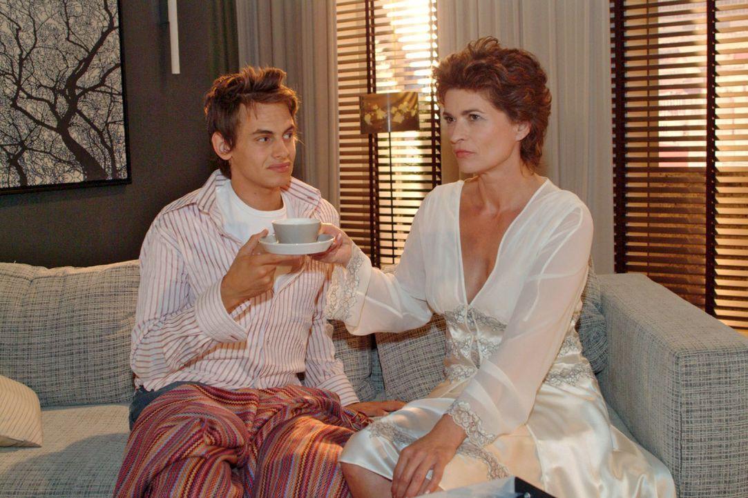 Sophie (Gabrielle Scharnitzky, r.) schmiedet Pläne, um mit Alex (Shai Hoffmann, l.) ihrer Einsamkeit zu entfliehen. - Bildquelle: Monika Schürle Sat.1