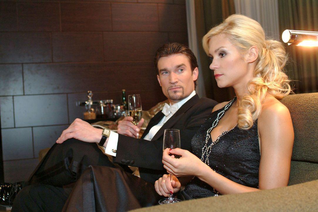 Im wenig erfreulichen Gespräch mit Richard (Karim Köster, l.) erkennt Sabrina (Nina-Friederike Gnädig, r.), dass das neue Jahr mit einer freudigen N... - Bildquelle: Monika Schürle Sat.1