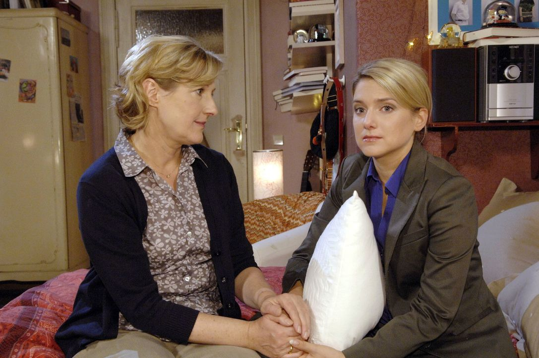 Bei ihrer Mutter Susanne (Heike Jonca, l.) findet die traurige Anna (Jeanette Biedermann, r.) Halt und Trost. - Bildquelle: Claudius Pflug Sat.1