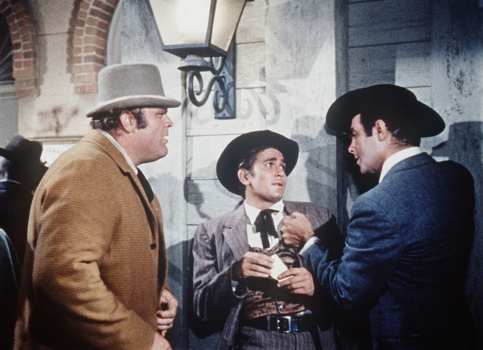 (v.l.n.r.) Hoss (Dan Blocker), Little Joe (Michael Landon) und Adam Cartwright (Pernell Roberts) haben sich herausgeputzt, um eine Vorstellung der g... - Bildquelle: Paramount Pictures