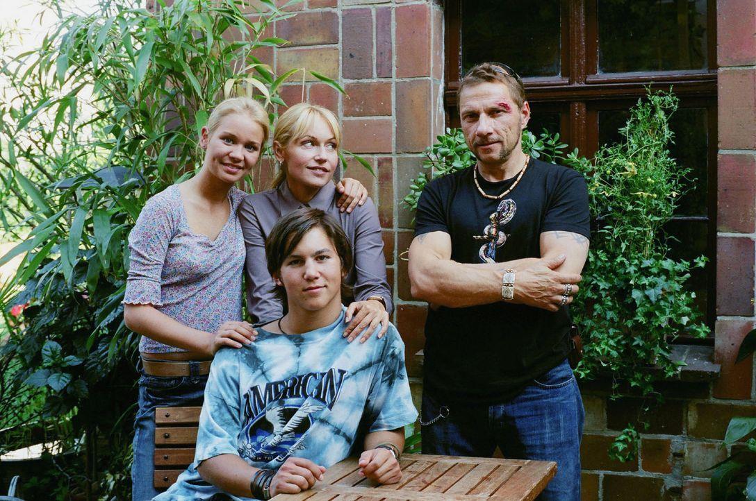Werden sie doch noch eine Familie? Die Zwillinge Luisa (Katharina Ursinus, l.) und Lukas (Tim O. Schultz, vorne), Katrin (Anica Dobra, hinten M.) un... - Bildquelle: Gordon Mühle Sat.1