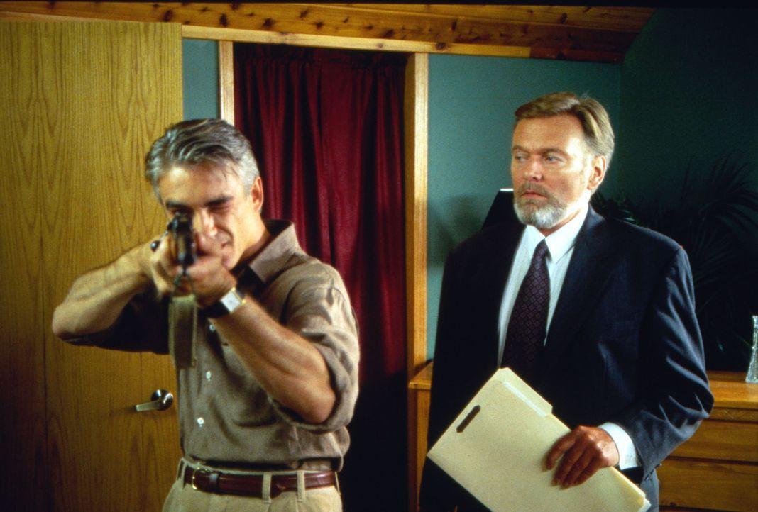 Rolf Sutter (Helmut Griem, r.), der Schwager von McCracken, gehört zu den führenden Köpfen der Sekte. Über ihn hat Laurie Kontakt zu dem charismatis... - Bildquelle: Calvin Fehr SAT.1