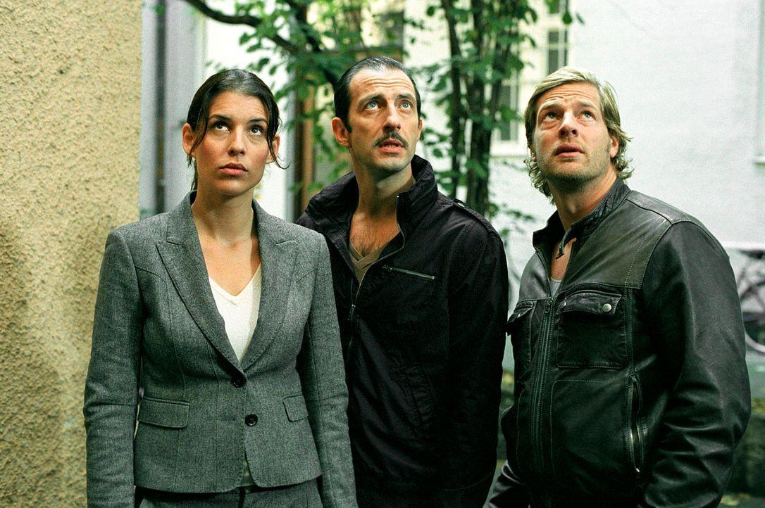 Müssen einen heimtückischen Mord aufklären: Nina (Elena Uhlig, l.), Leo (Henning Baum, r.) und Wacker (Jannis Spengler, M.) ... - Bildquelle: Walter Wehner SAT.1