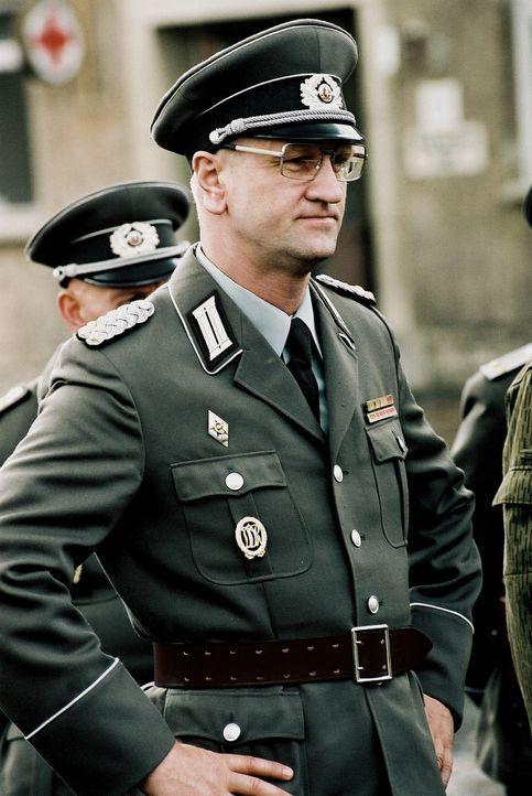 Oberst Kalt (Detlev Buck) hat sich der Aufgabe verschrieben, den Nachwuchs der Deutschen Demokratischen Republik militärisch auszubilden. Mit willkü... - Bildquelle: Delphi