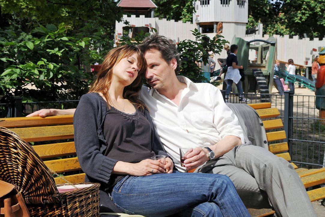 Paul (David C. Bunners, r.) und Karen (Suzan Anbeh, l.) machen ein romantisches Picknick in dem kleinen Park, in dem sie sich kennengelernt haben. A... - Bildquelle: Aki Pfeiffer Sat.1