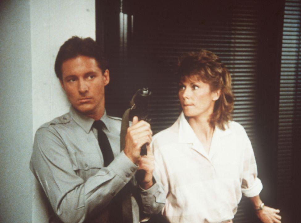 """Lee (Bruce Boxleitner, l.) und Amanda (Kate Jackson, r.) sind in das Machtzentrum der """"Zyklopen"""" eingedrungen. Können sie Billy lebend befreien?"""