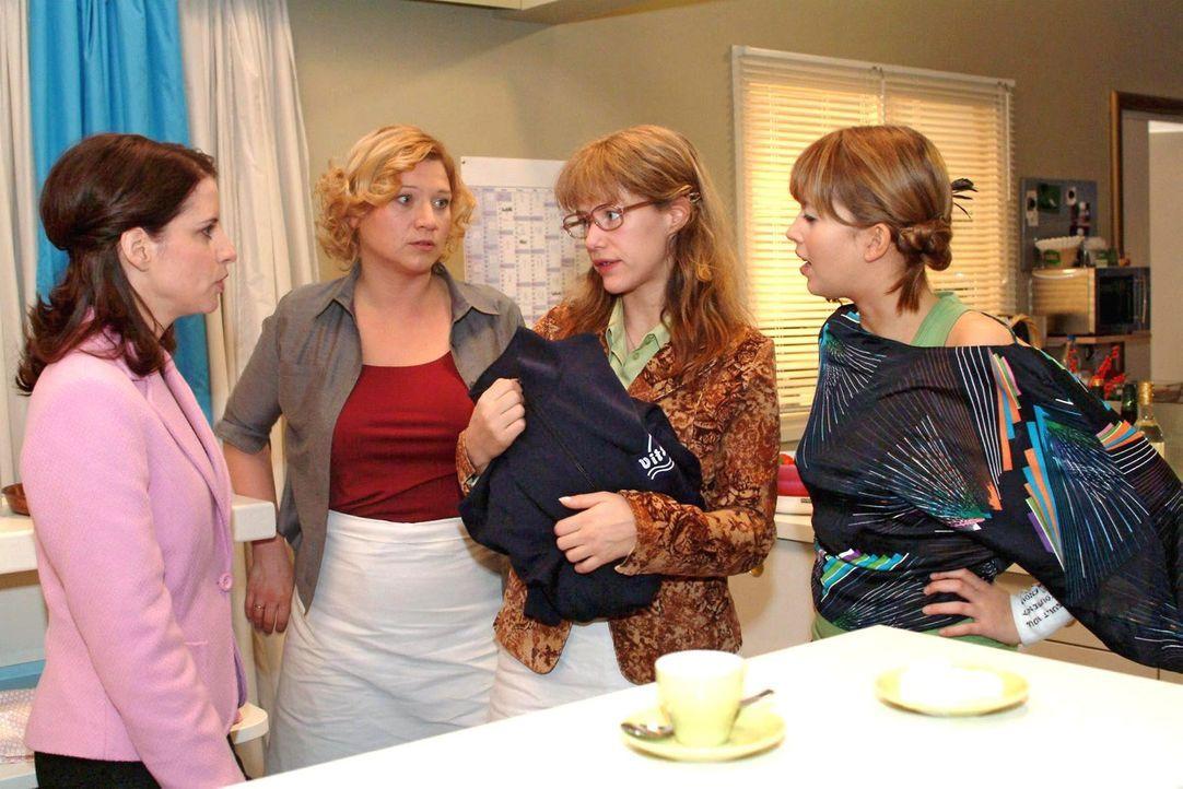 Lisa (Alexandra Neldel, 2.v.r.) gibt sich Inka (Stefanie Höner, l.), Agnes (Susanne Szell, 2.v.l.) und Hannah (Laura Osswald, r.) als Lebensretterin... - Bildquelle: Noreen Flynn Sat.1
