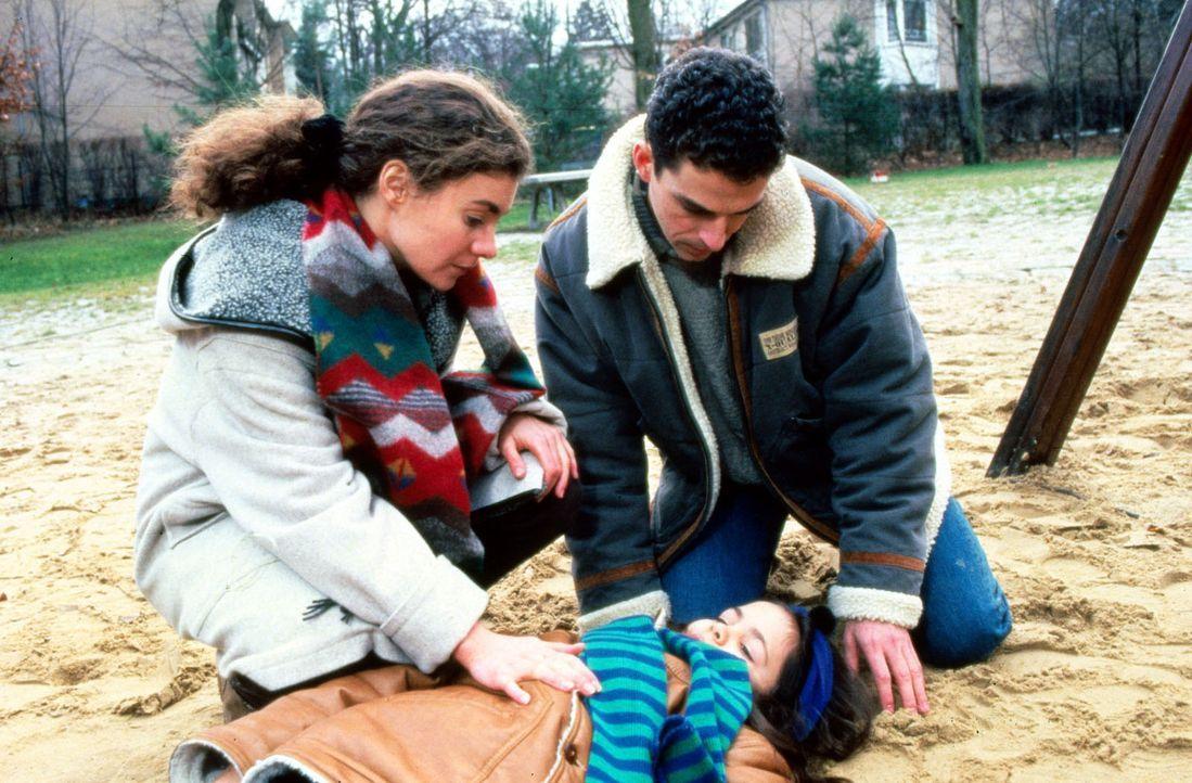 Stefanie (Kathrin Waligura, l.) und Timo (Martin Halm, r.) sind erschrocken: Die kleine Luciana (Cora Alison Post, M.) war einen Augenblick lang unb... - Bildquelle: Noreen Flynn Sat.1