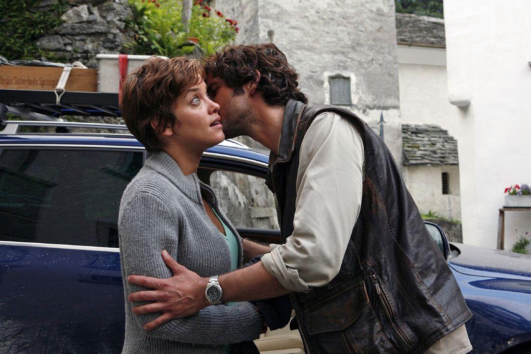 Beat (Pasquale Aleardi, r.) bietet Paula (Muriel Baumeister, l.) an, sie zu fahren, da sie nach dem Unfall kein Auto hat. Als er sie zur Verabschied... - Bildquelle: Mara Truog Sat.1