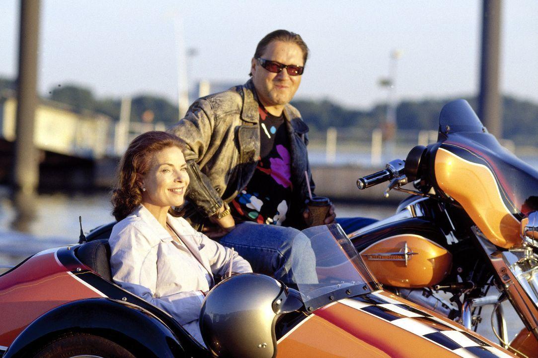 Manni (Michael Brandner, r.) kann die zurückhaltende Linda (Gudrun Landgrebe, l.) zu einem Motorradausflug überreden ... - Bildquelle: Jander Sat.1