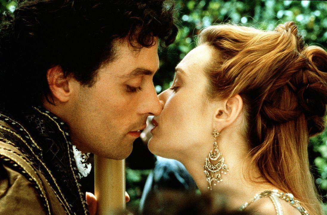 Der reiche Marco (Rufus Sewell, l.) und die schöne Veronica (Catherine McCormack, r.) lieben sich inniglich. Doch da er für sie immer unerreichbar b... - Bildquelle: Warner Bros.