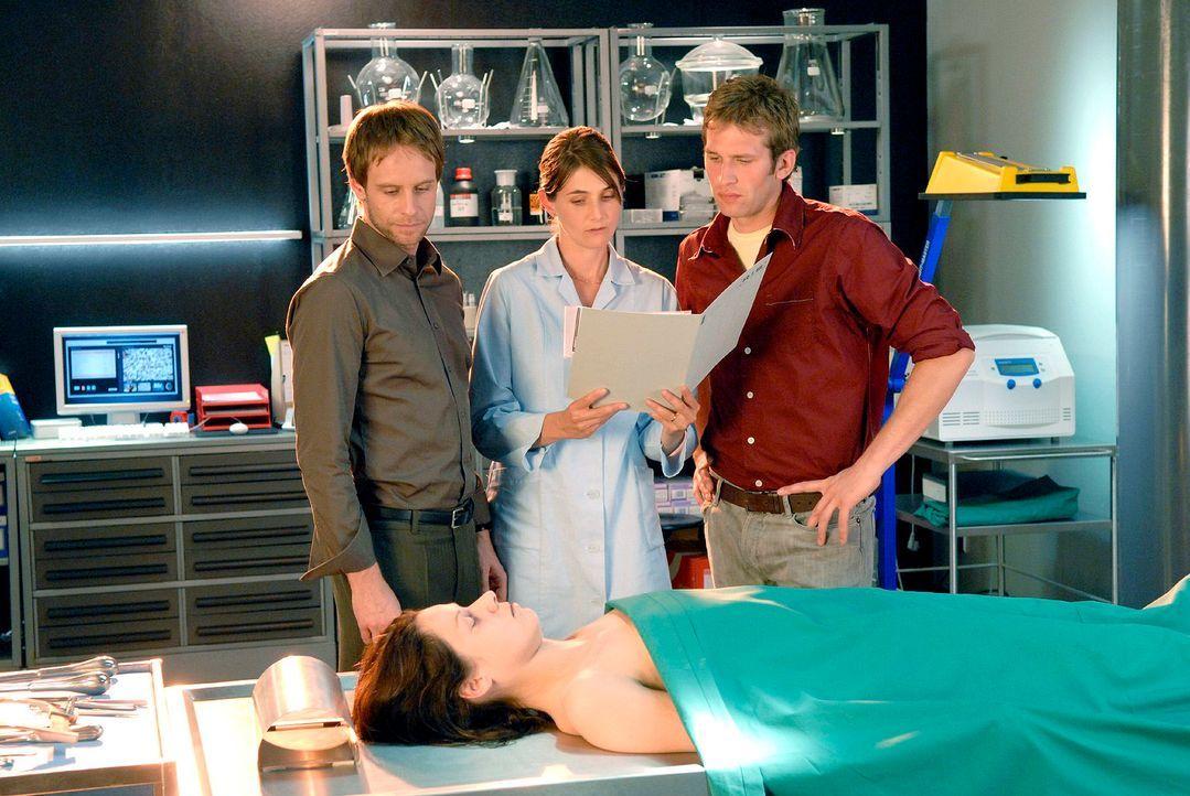 Dr. Stefanie Peters (Nicole Marischka, hinten M.) findet das Sperma zweier Männer in der Toten (Sandra Mittelstädt, vorne liegend). Und sie teilt Ph... - Bildquelle: Christoph Assmann Sat.1