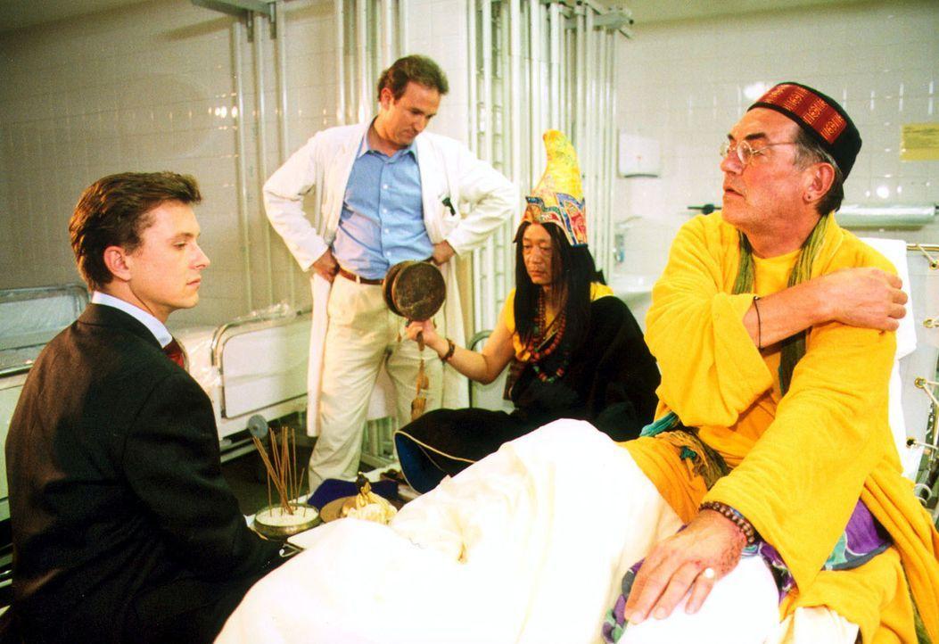 Charly Benedikt (Hermann Treusch, r.) hat sich beim Meditieren das Bein gebrochen. Allerdings hält er überhaupt nichts von der Schulmedizin. Als Dr.... - Bildquelle: Noreen Flynn Sat.1