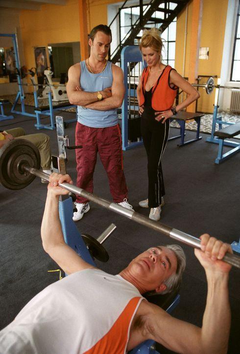 Felix (Christoph M. Ohrt, vorne) meldet sich zum Probetraining im Fitness-Studio an. Doch so einfach, wie er sich das Training vorstellte, wird es a... - Bildquelle: Hardy Spitz Sat.1