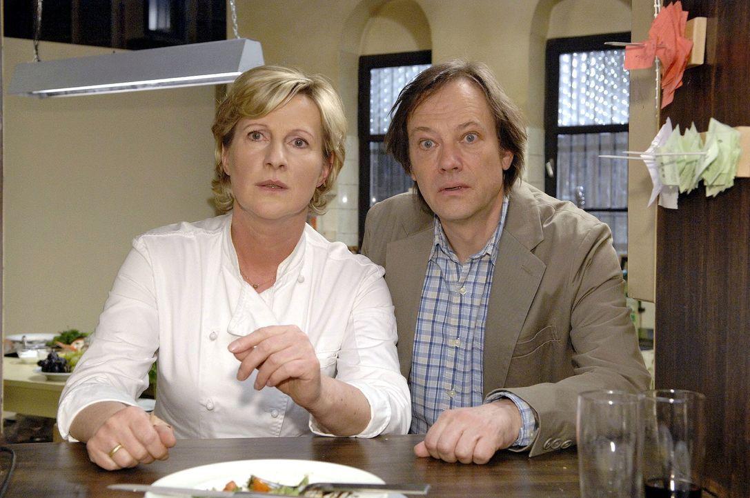 Susanne (Heike Jonca, l.) und Armin (Rainer Will, r.) beobachten eine Frau, von der sie glauben, dass sie vom Gesundheitsamt sei ... - Bildquelle: Claudius Pflug Sat.1