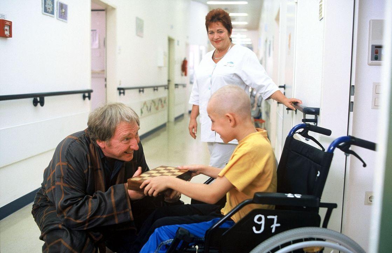 Ein kleiner Patient lädt Prof. Bühler (Felix von Manteuffel, l.) zu einer Schachpartie ein - der nimmt dankend an. Klara (Walfriede Schmitt, M.) fre... - Bildquelle: Norbert Kuhroeber Sat.1