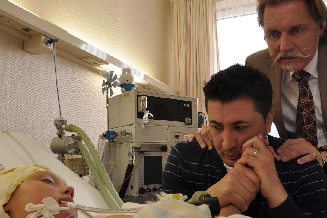 Als auch noch die Lunge des kleinen Mücke zu versagen droht, beschließt sein Vater, Tekin Kurtulus (Tekin Kurtulus, M.), gegen den Ratschlag seines... - Bildquelle: Neue Moustache GmbH