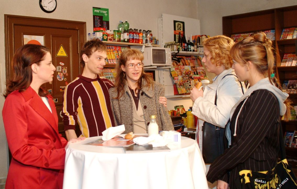 Lisa (Alexandra Neldel, M.) staunt nicht schlechter als Inka (Stefanie Höner, l.), Agnes (Susanne Szell, 2.v.r.) und Hannah (Laura Osswald, r.), als... - Bildquelle: Monika Schürle Sat.1
