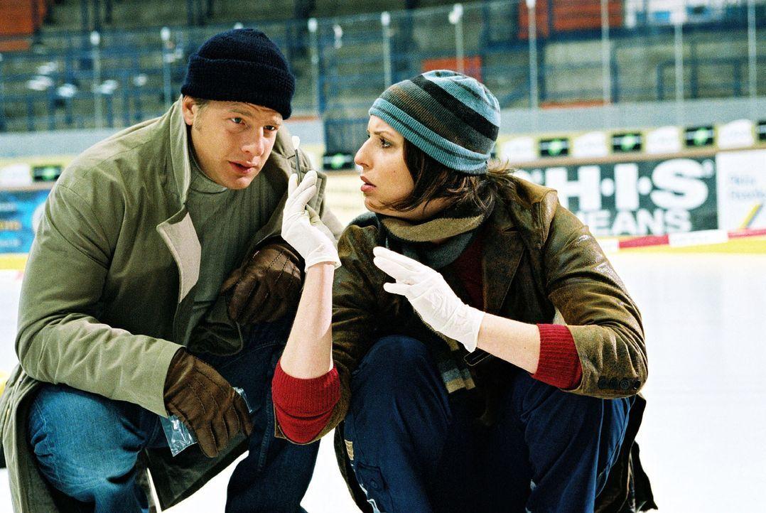 Nina (Elena Uhlig, r.) zeigt Leo (Henning Baum, l.) den Papierschnipsel, den sie zwischen den Fingern des Toten gefunden hat. - Bildquelle: Christian A. Rieger Sat.1
