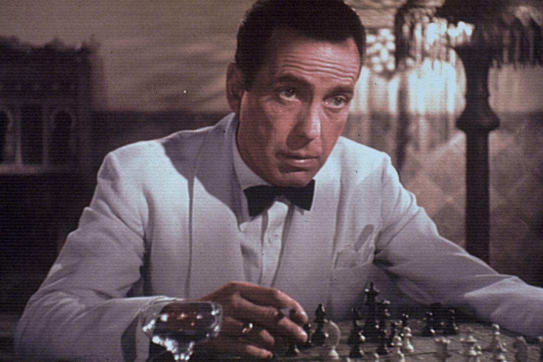 Im Zweiten Weltkrieg in Casablanca: Der Nachtclubbesitzer Rick Blaine (Humphrey Bogart) hat zwei lebensrettende Ausreise-Visa geschenkt bekommen. Ei... - Bildquelle: Warner Bros. Television
