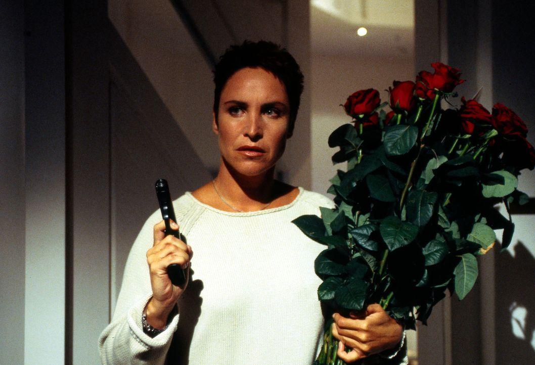 Rote Rosen vom Mörder? Sabrina Lorenz (Katerina Jacob) ist auf der Hut! - Bildquelle: Magdalena Mate Sat.1