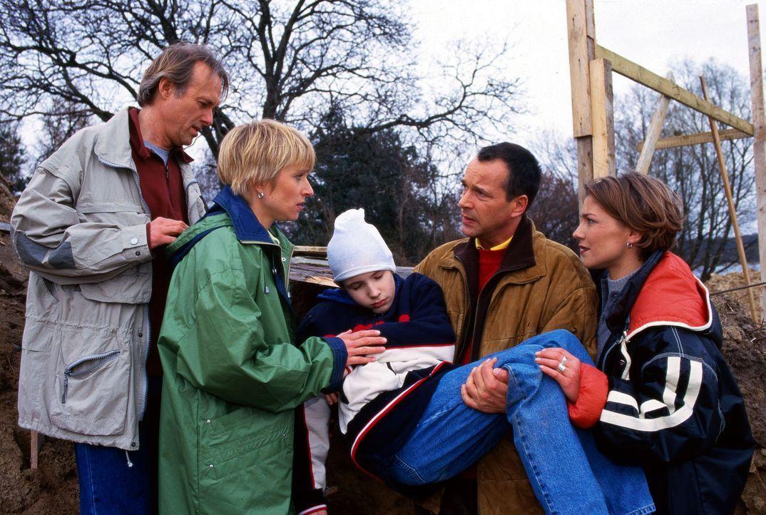 Moritz' Eltern Volker (Siemen Rühaak, l.) und Anja (Silke Matthias, 2.v.l.) sind sehr verängstigt, als Dr. Stein (Christoph Schobesberger, 2.v.r.)... - Bildquelle: Noreen Flynn Sat.1