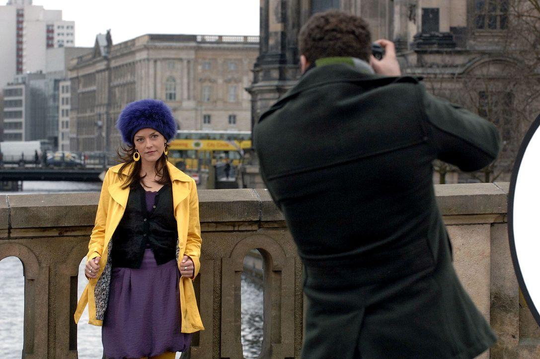 Beim Shooting haben Jannick (Mike Adler, r.) und Julia (Janina Flieger, l.) sichtlich Spaß. - Bildquelle: Claudius Pflug Sat.1