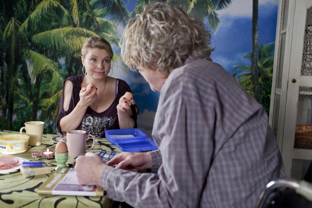 Während Danni (Annette Frier, l.) einen neuen Fall annimmt, träumt Kurt (Axel Siefer, r.) von einem neuen Fernsehsessel ... - Bildquelle: Frank Dicks SAT.1