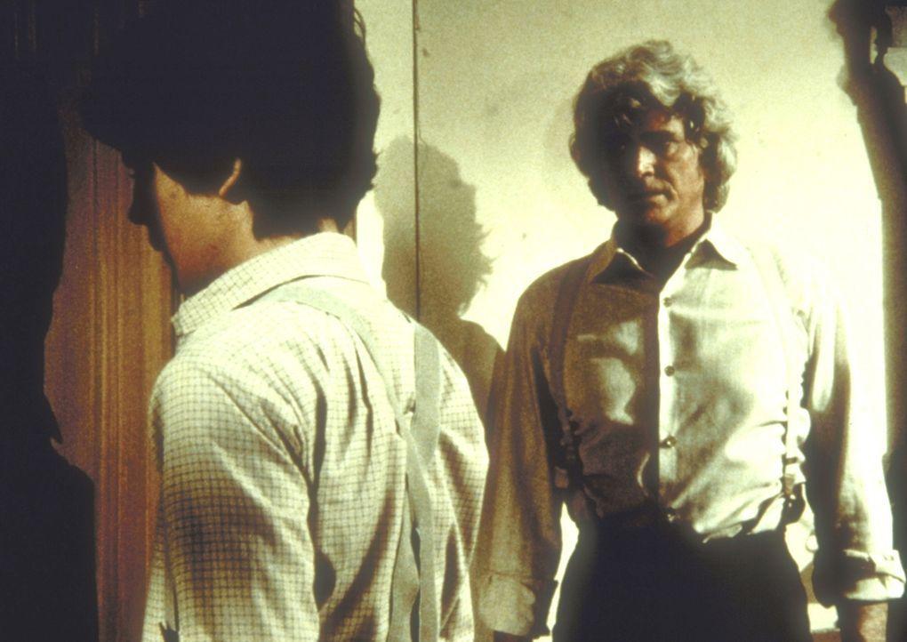 Charles (Michael Landon, r.) stellt Albert (Matthew Laborteaux, l.) wegen seiner Morphiumabhängigkeit zur Rede. - Bildquelle: Worldvision