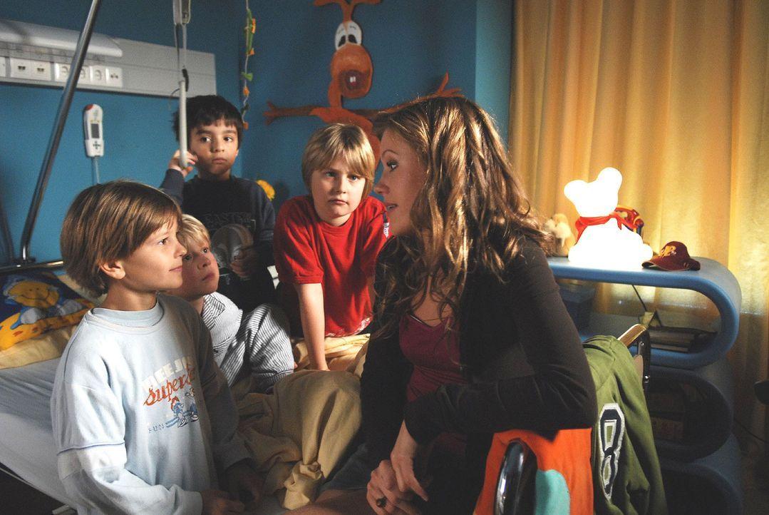 Die angehende Kinderärztin Naomi (Wolke Hegenbarth, r.) ist bei ihren kleinen Patienten sehr beliebt ... - Bildquelle: Nicolas Maack Sat.1