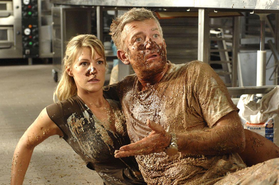 Nach überstandener Schokoladenschlacht ist alles geklärt: Katharina (Sophie Schütt, l.) und Pit (Dominic Raacke, r.) werden in der neuen Firma zusam... - Bildquelle: Oliver Ziebe Sat.1