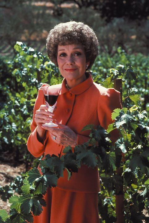 (1. Staffel) - Der Wein ist ihr Leben und dafür nimmt sie einiges in Kauf Angela (Jane Wyman) hat bereits das Sagen auf Falcon Crest, doch das ist i...